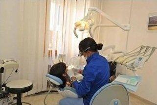 una dentista che visita una donna