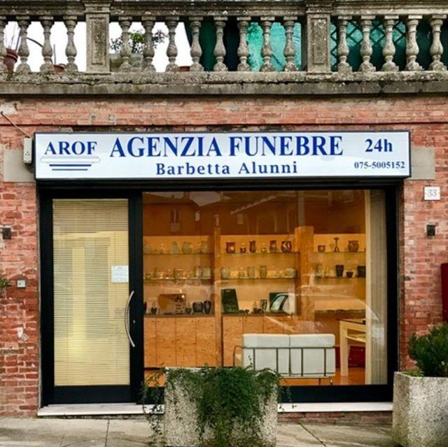 Vista dall'esterno del locale dell'Agenzia Funebre Barbetta Alunni