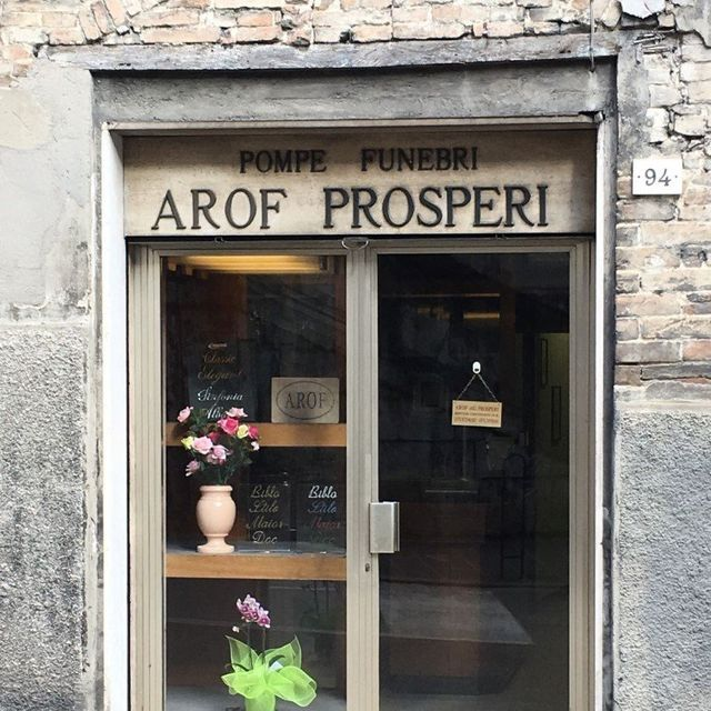 Vista dall'esterno del locale delle Pompe Funebri AROF Prosperi