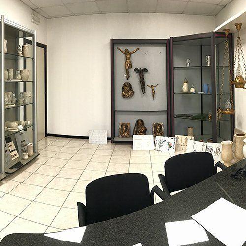 Articoli funerari in vetrina