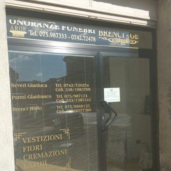 Vista laterale dall'esterno del locale dell'Agenzia Funebre Brenci Gila