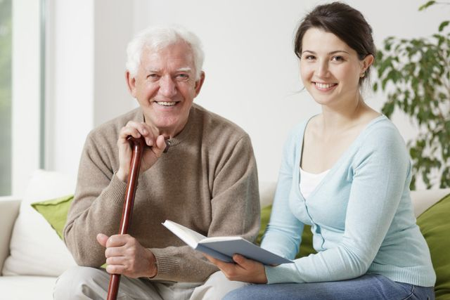 Infermiera badante tiene compagnia a sorridente signore anziano