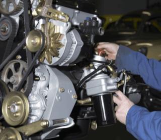 mani che operano su un motore