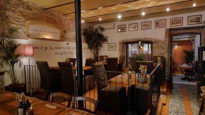 una ringhiera e i tavoli all'interno del ristorante