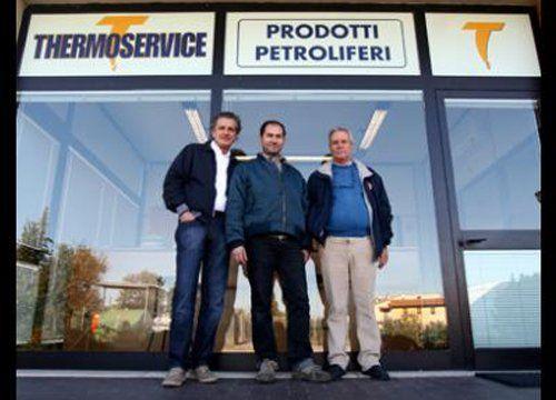 Personale Thermoservice all'ingresso del negozio
