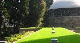 spazio verde ben curato con sistemi di irrigazione