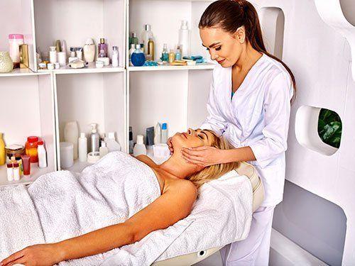Un'estetista che massaggia una ragazza