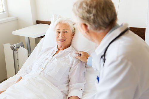 un dottore che accudisce una persona anziana