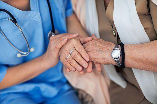 un'infermiera e un paziente anziano