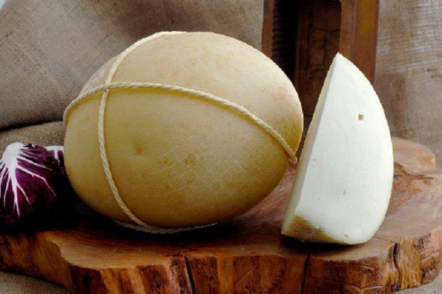 formaggi stagionati su un tagliere