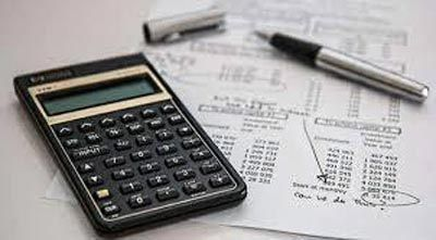calcolatrice sopra dei documenti e biro senza tappo