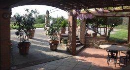 vista esterno del ristorante con gazebo