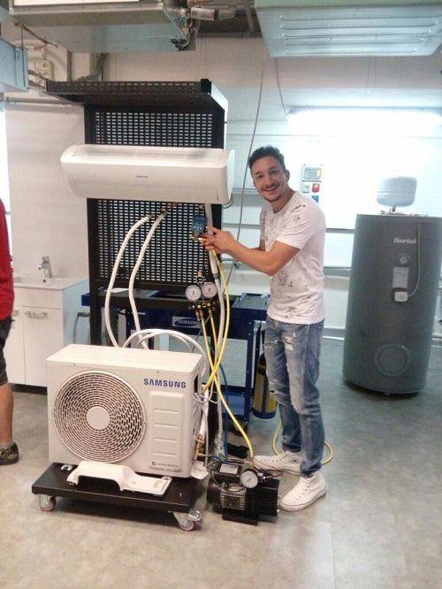 un operaio e un climatizzatore