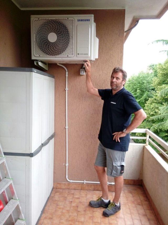operaio mentre installa un climatizzatore