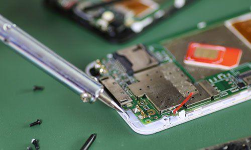 Un telefono con vista della scheda madre nella fase di riparazione