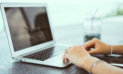 Una donna mentre usa un portatile