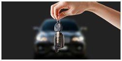 mano con chiavi di un auto