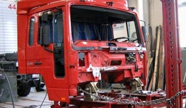 un trattore di un camion rosso smontato