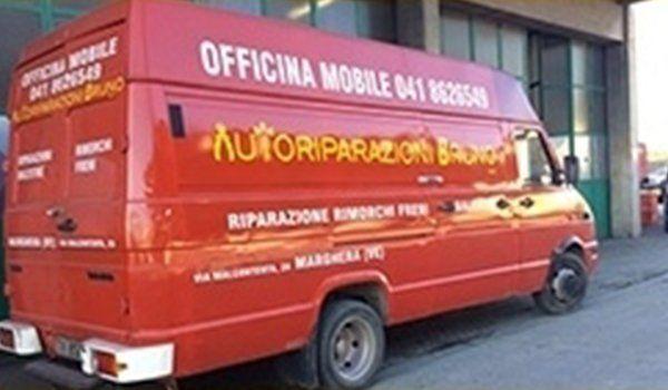 un furgone rosso con scritto Autoriparazioni Bruno