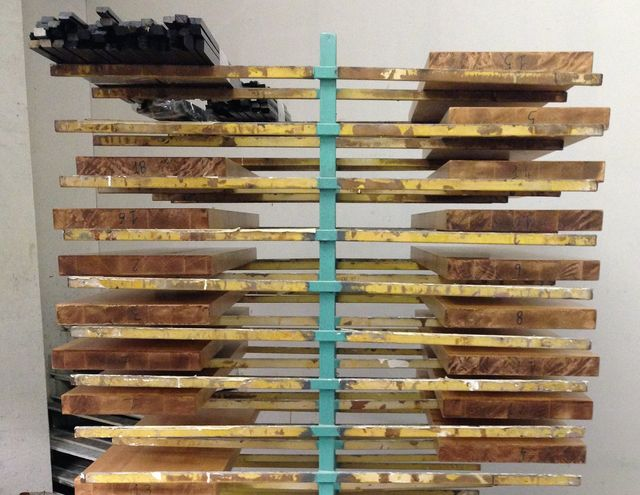 un'anta in legno bianco e un'anta in legno marrone