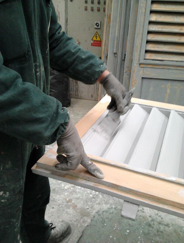 un armadio bianco in legno