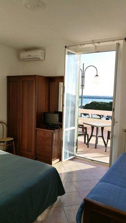 camera con 2 letti, armadio, tv e balcone con tavolino esterno