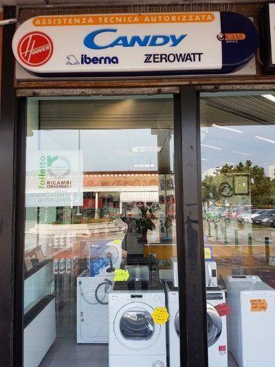 una vetrina e sopra un'insegna con scritto Candy ,Iberna Zerowatt
