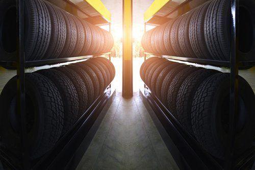 scaffali ripieni di pneumatici