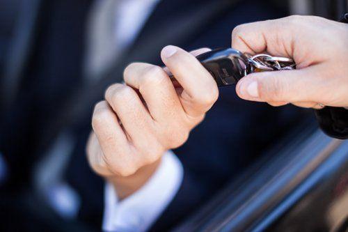 Uomo che riceve le chiavi dell'automobile