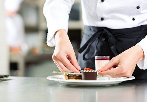 Cameriere serve dolci al ristorante La Buona Forchetta a Ragusa