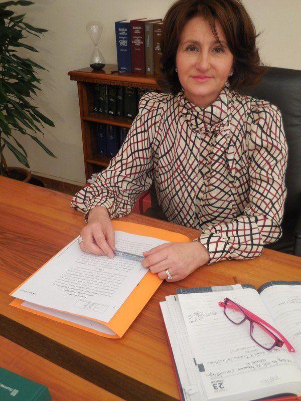 un'avvocatessa sulla scrivania