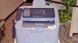una stampante fax con telefono