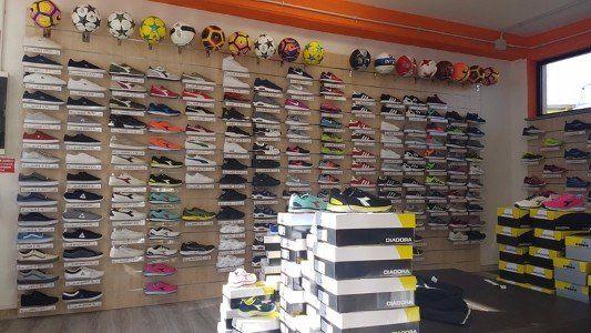 delle scarpe in esposizione