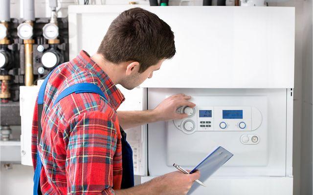 Tecnico manutenzione della caldaia a gas per l'acqua calda e riscaldamento