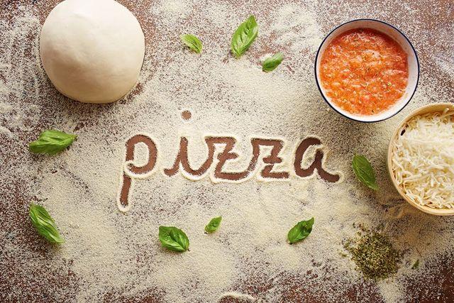 Mozzarella e ingredienti freschi per pizza