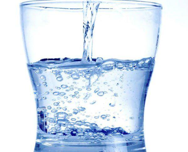 Riempiendo un bicchieri d'acqua