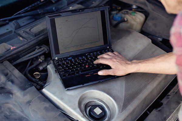 una mano che usa un computer portatile