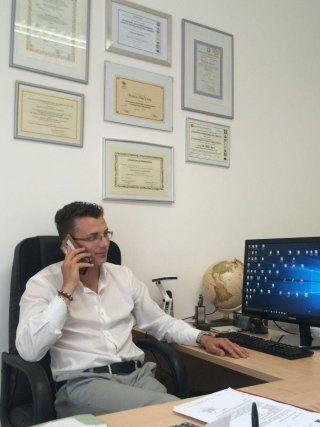 Geometra nel suo ufficio mentre telefona