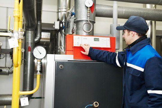 Tecnico esaminando l'impianto termico a Fano