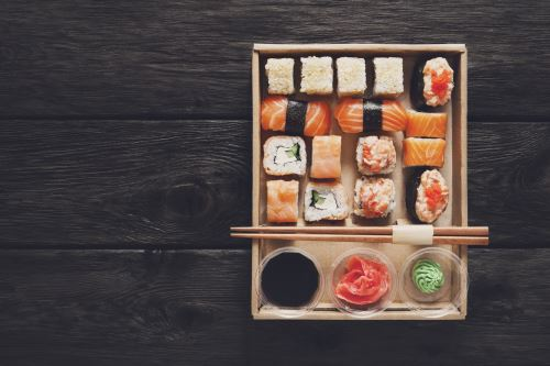 un vassoio di sushi con delle bacchette