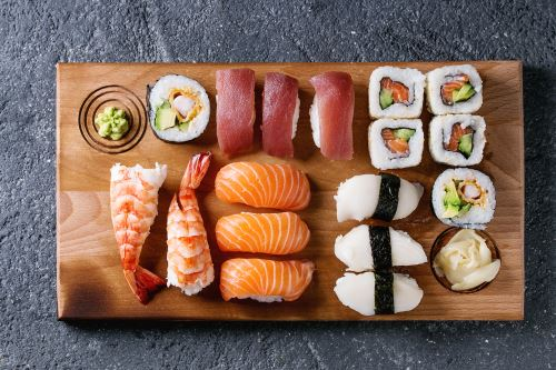 un tagliere di sushi