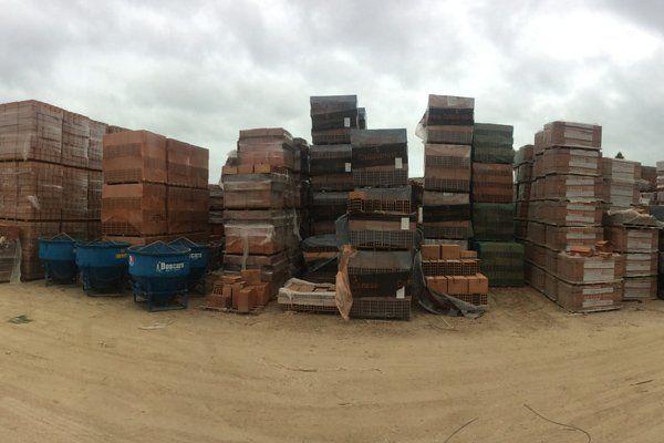 serie di mattoni per l'edilizia in un campo sabbioso