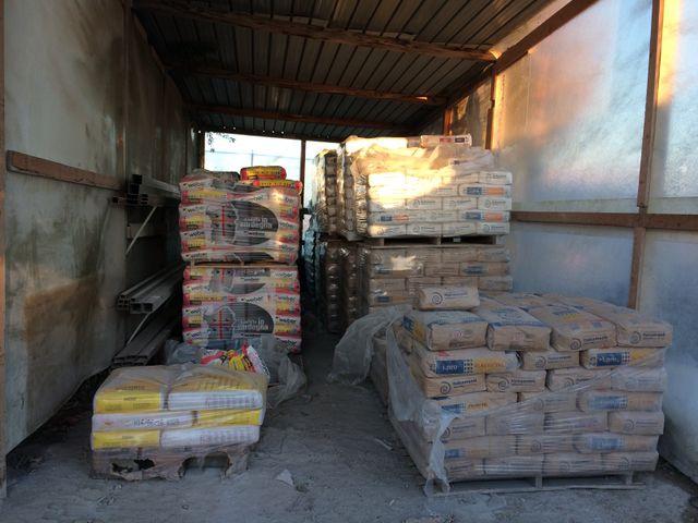 bancali con materiali per l'edilizia