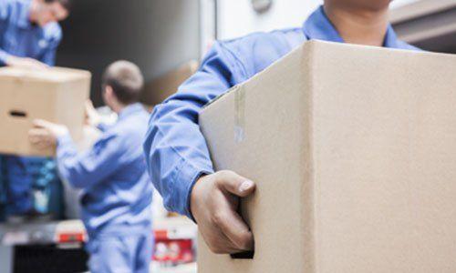 uomini che spostano scatole di cartone