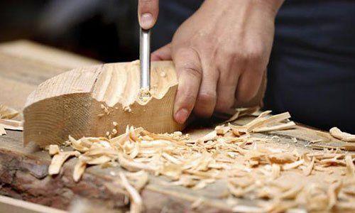 pezzo di legno intagliato