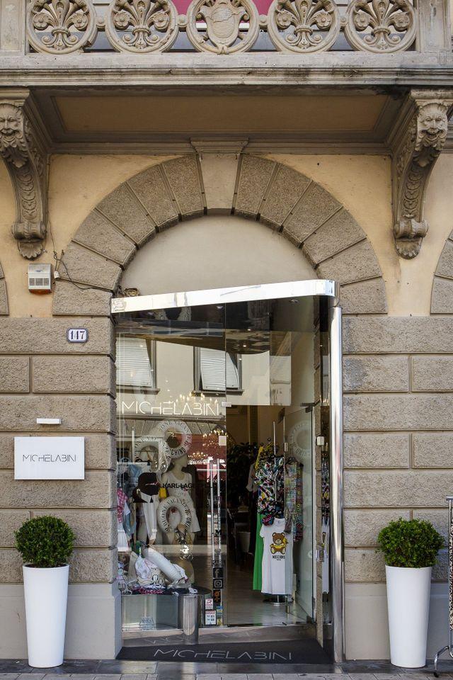 due vetrine di una boutique