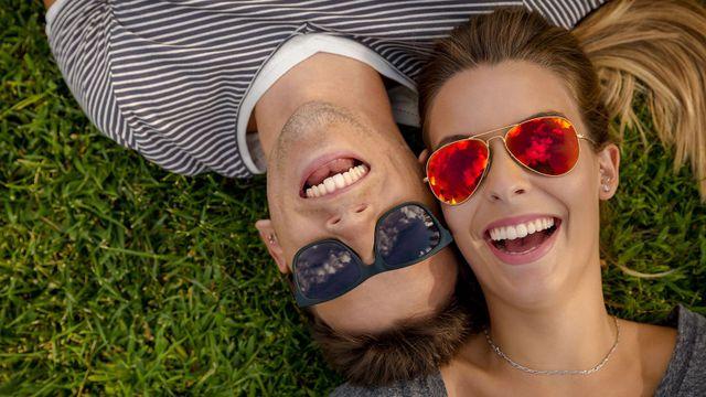 coppia sorridente con occhiali da sole