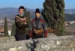 personale in posa per una foto con paesaggio di spalle