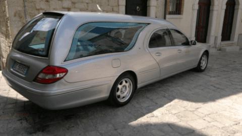 Auto funebre di colore grigio metallizzato