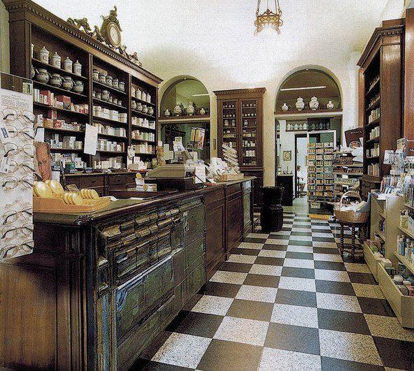 Interno della vecchia farmacia